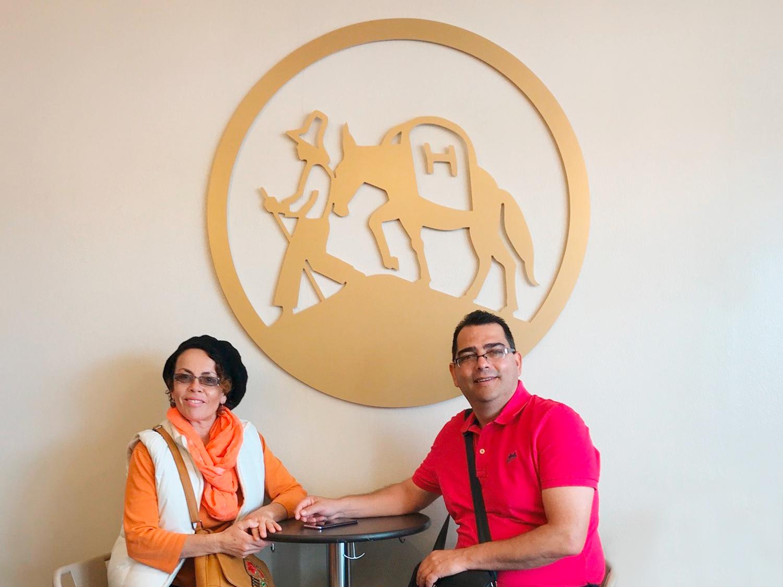 Coopedota-CEO Luis Fernandes Madrigal Gómez und Verwaltungsrätin María Inés Naranjo Fallas zu Besuch bei Hochland-Kaffee