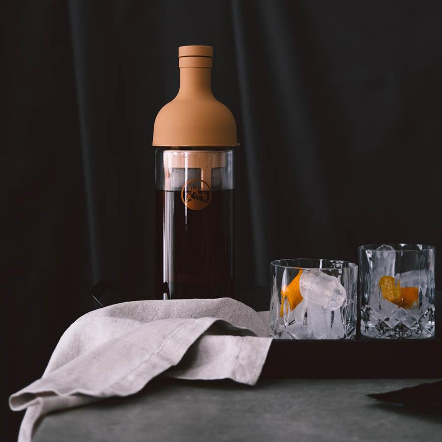 Cold Brew filter-in-bottle mit Kaffee und Gläsern