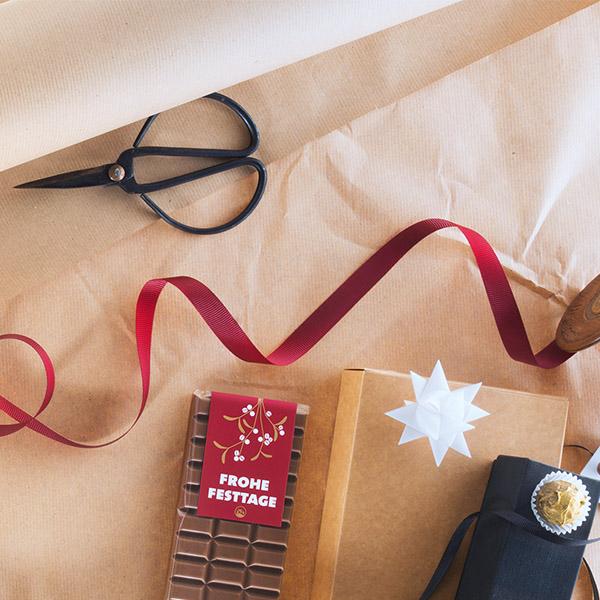 Geschenke und Hochland Schokolade auf Papier-Hintergrund