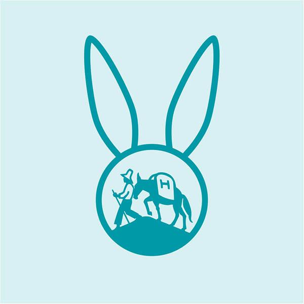 Hochland Bildmarke auf hellblauem Hintergrund im Osterhasen-Look