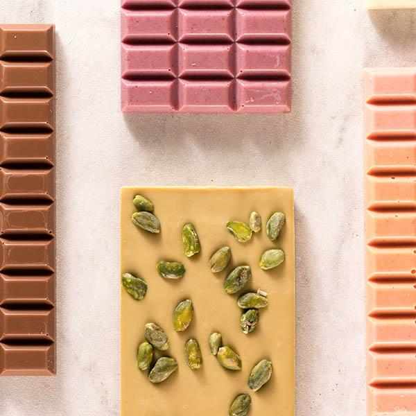 Handgeschöpfte Schokoladen auf weißem Marmoruntergrund