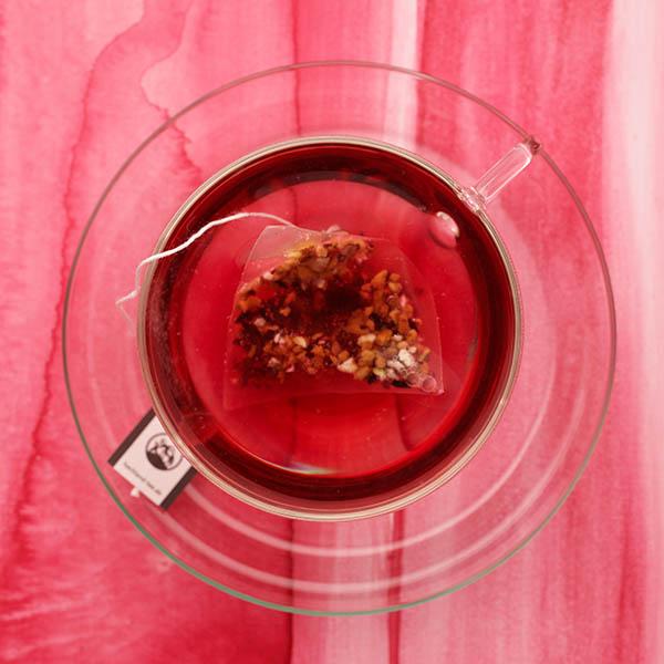 roter Früchtetee von Hochland Kaffee auf rotem Untergrund