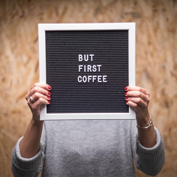 Hochland Kaffee Typografie-Tafel in Händen