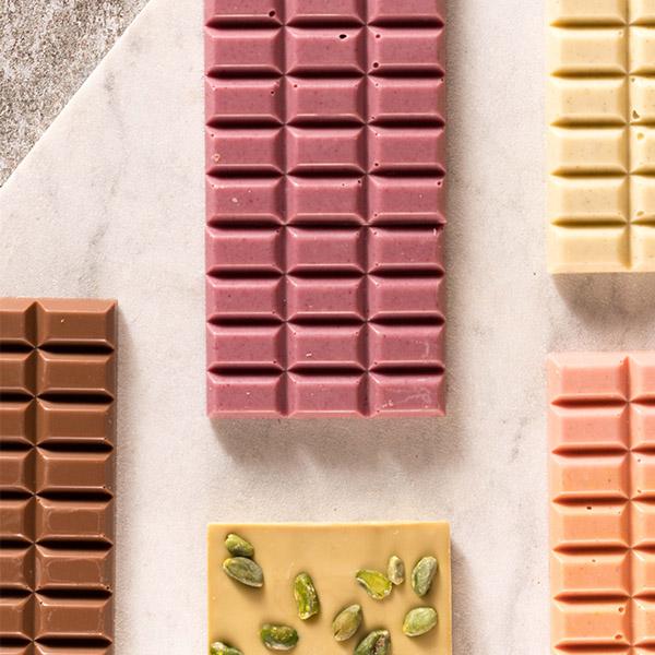 Handgeschöpfte Schokoladen von Hochland Kaffee in verschiedenen Sorten auf Steinplatte
