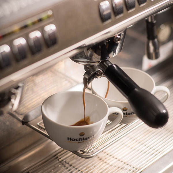 Hochland Kaffee Tasse mit Siebträger-Kaffeemaschine