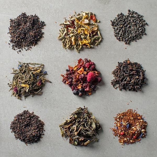 verschiedene lose Tees auf Marmoruntergrund
